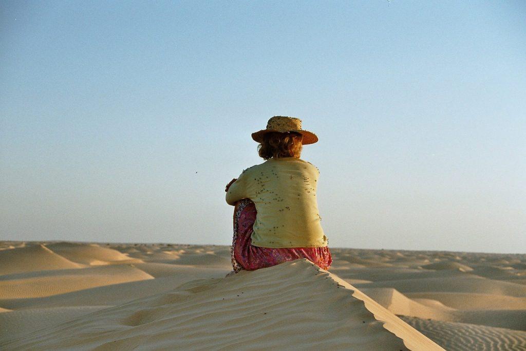 Uma blickt in die Weite der Wüste